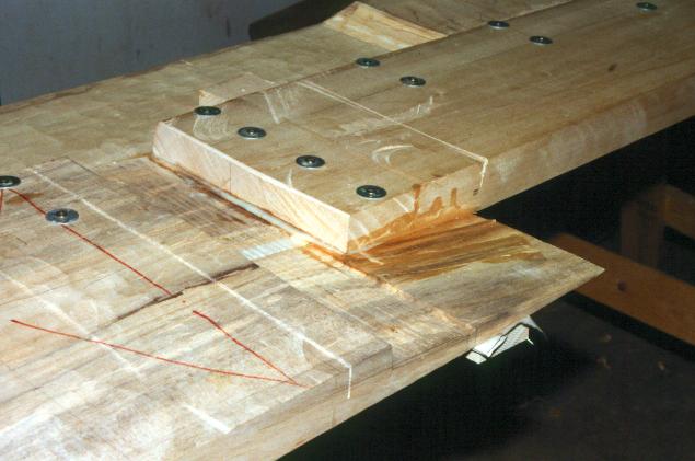 Tilpassede udviddelsesplanker limet til rælingsplanken.