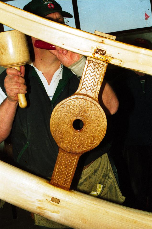 Den forreste, ydre låseplade med en skjold- lignende form bliver monteret.