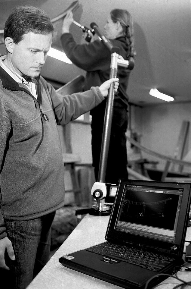 Fred Hocker og Nadia Haupt fra NMF dokumenterer stævnen ved hjælp af et Microscribe-udstyr.
