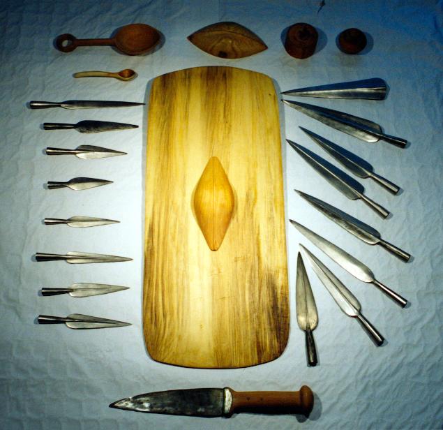 Skjold, spydspidser, sværd og trædele