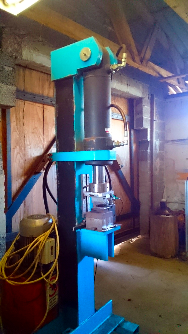 En hjemmebygget 150 tons hydraulisk presse.