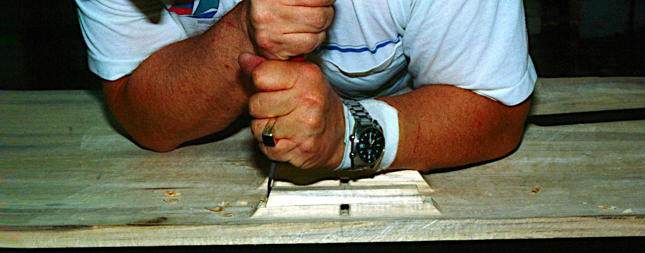 Afsluttende finish af klampe, der efterlades materiale til en runding. Bemærk de firkantede huller!