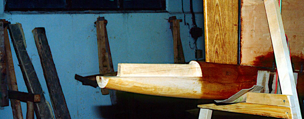 Bundplanken er gjort klar til samlingen med det nederste horn. Stævntræet (eg) er monteret og sikret med en egetap på samme måde som stævnklodsen.