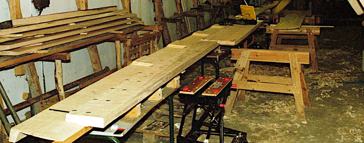 Udviddelsesplanker fastskruet før limning.