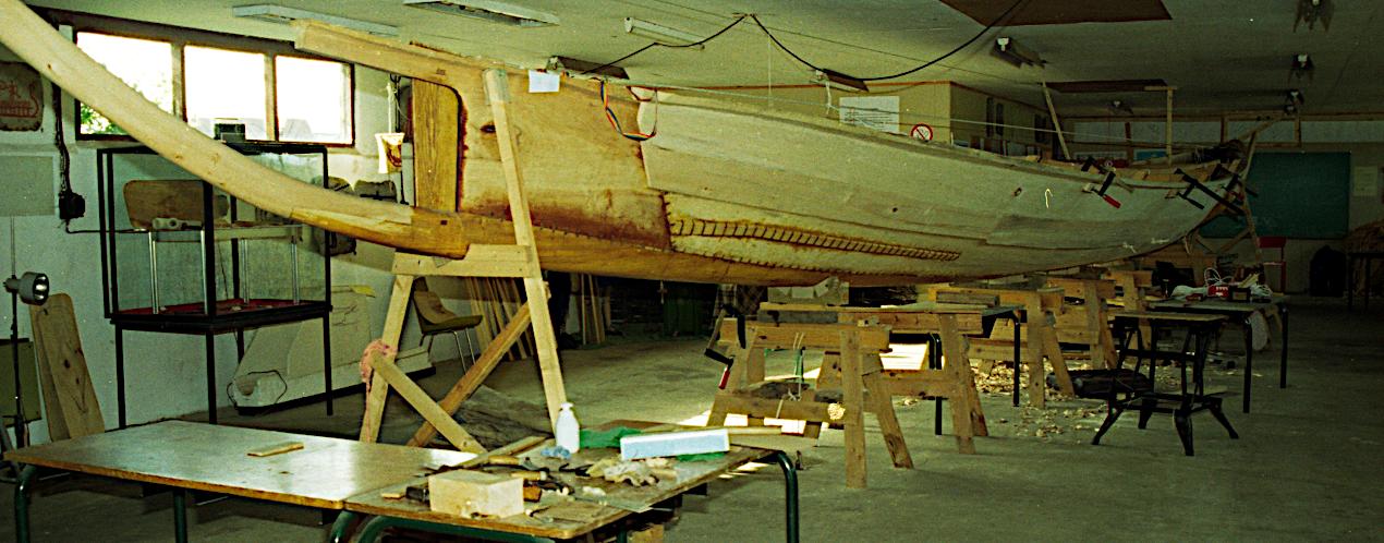 SB rælingsplanke spændt op på båden.