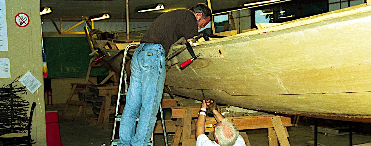 Bagbord rælingsplanke tilpasses til sideplanken.