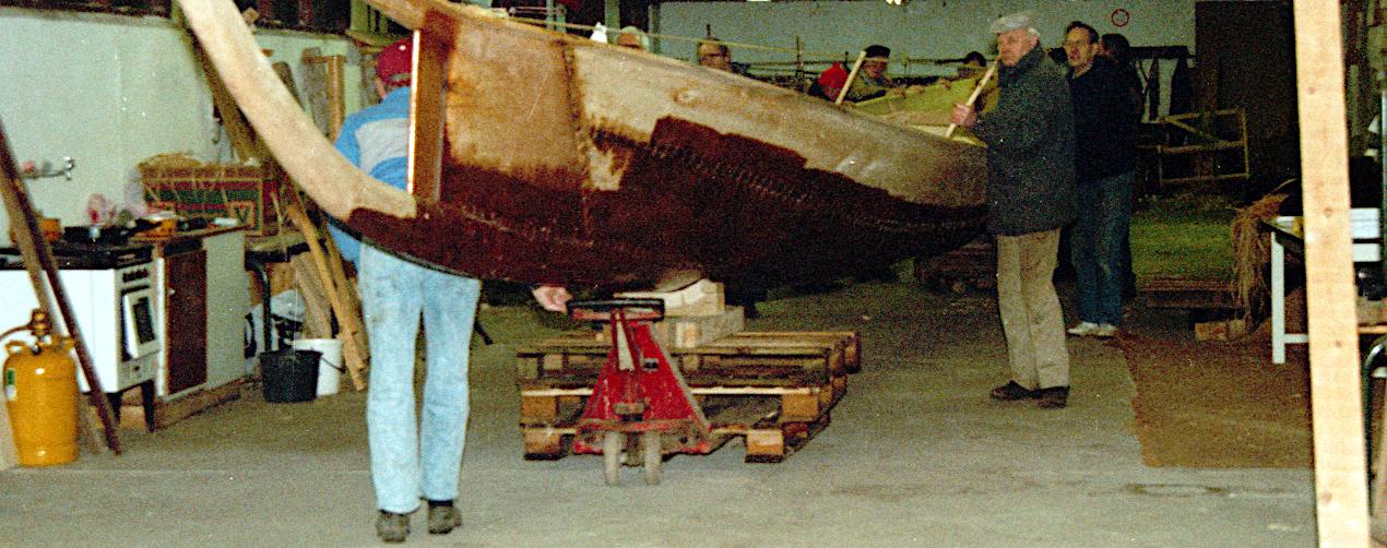Båden skal ned på gulvet for at få plads til rælingshornet.