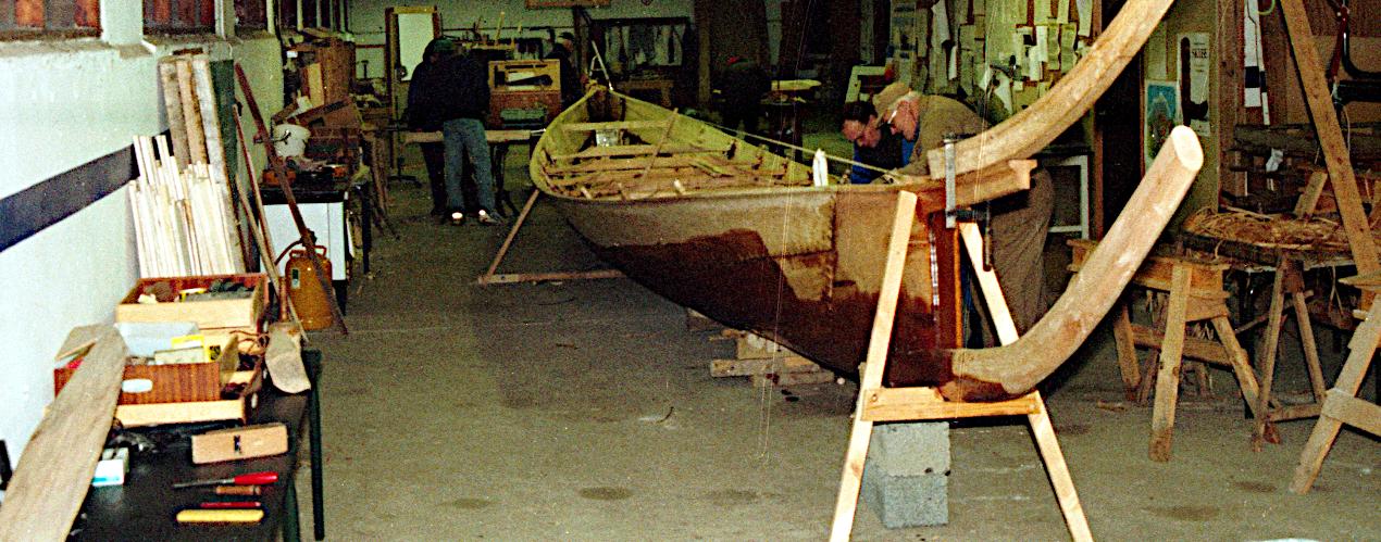 Båden skulle også frem i værkstedet.