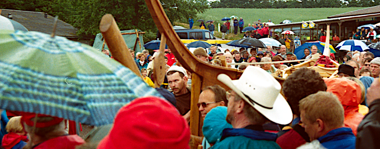 Det sidste stykke mod vandet gennem en folkemængde.