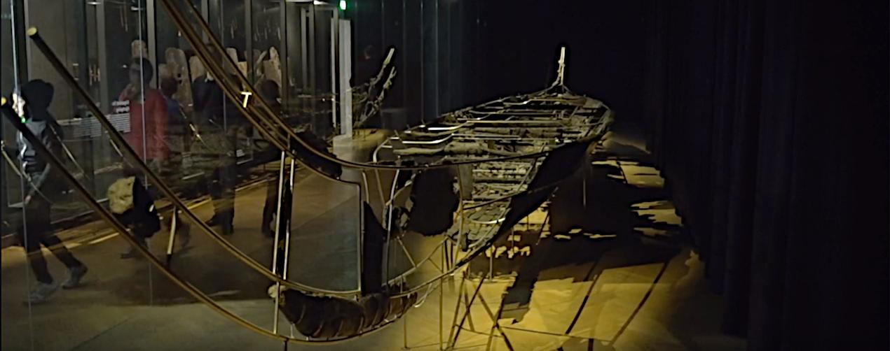 Hjortspringbåden på Nationalmuseet.