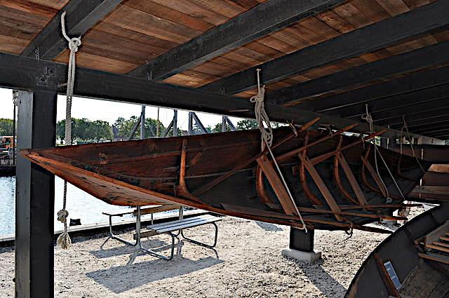 Rekonstruktionen set ind i båden.