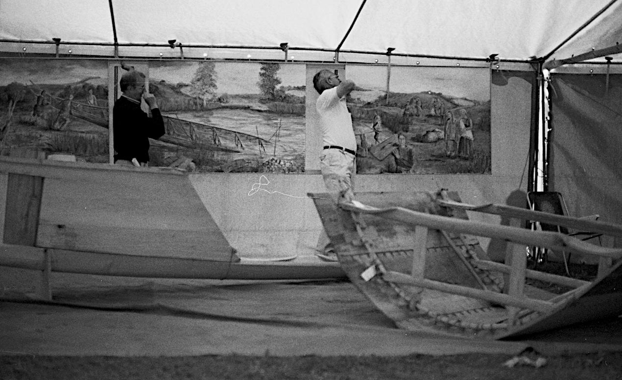 Opstilling af udstilling i et telt på stranden i Dyvig.