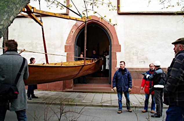 Tilia på vej ind i museet ad den lidt for smalle port.