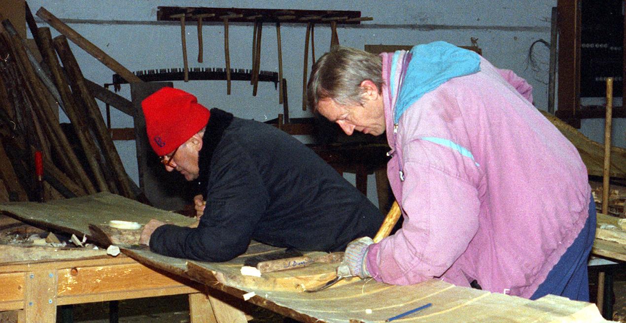 Huljern blev brugt til at fremstille riller, der- efter fjernes træet mellem dem.