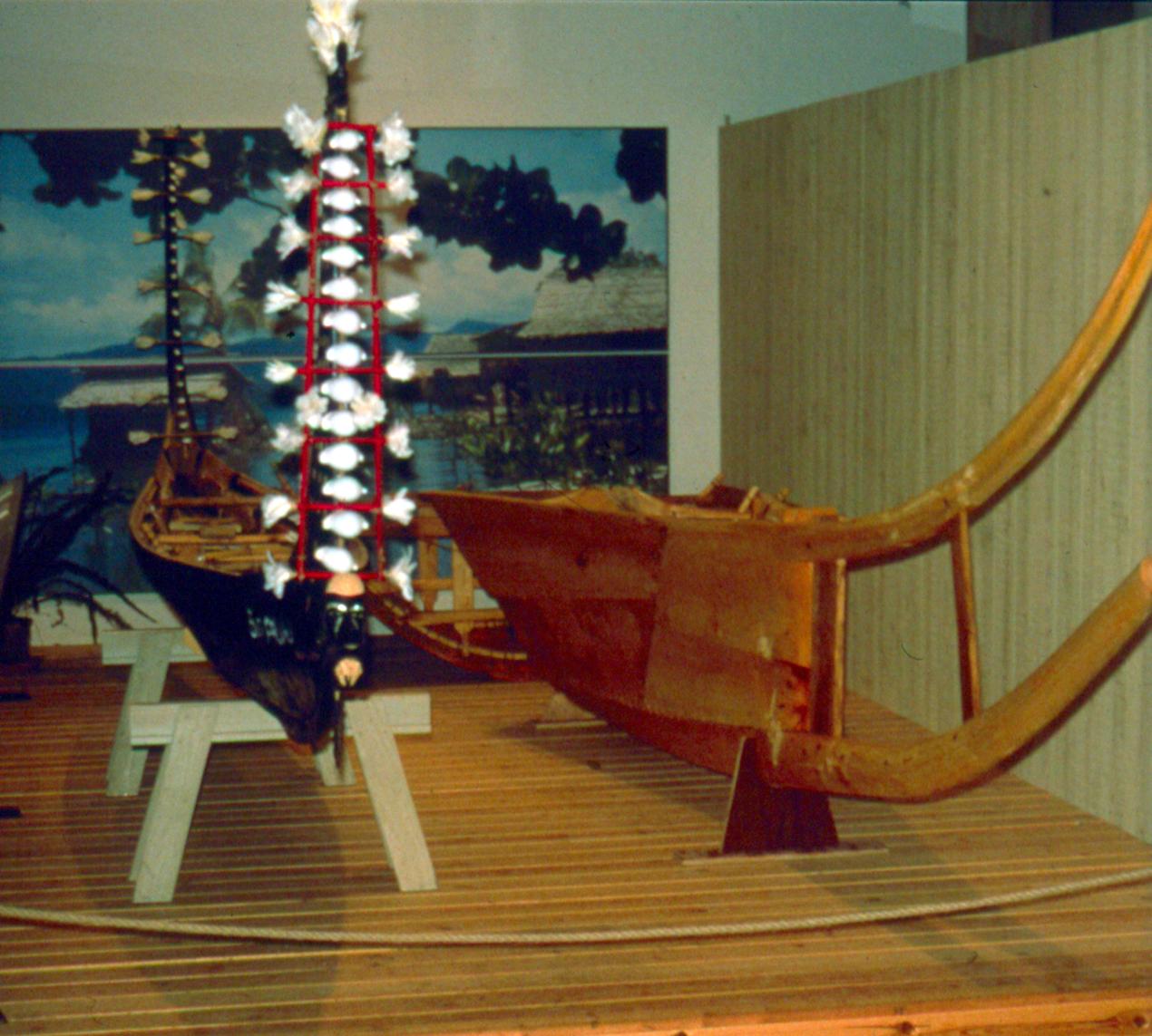 Prøvestykkerne i Vikingeskibshallen i Roskilde sammen med en syet kano fra Salomonøerne.
