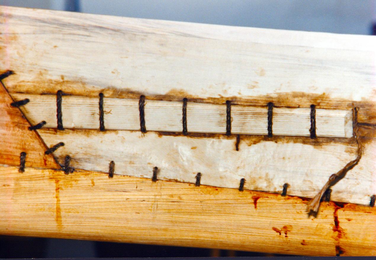 Revner i sideplanken blev repareret med påsyede lister som i den originale båd.
