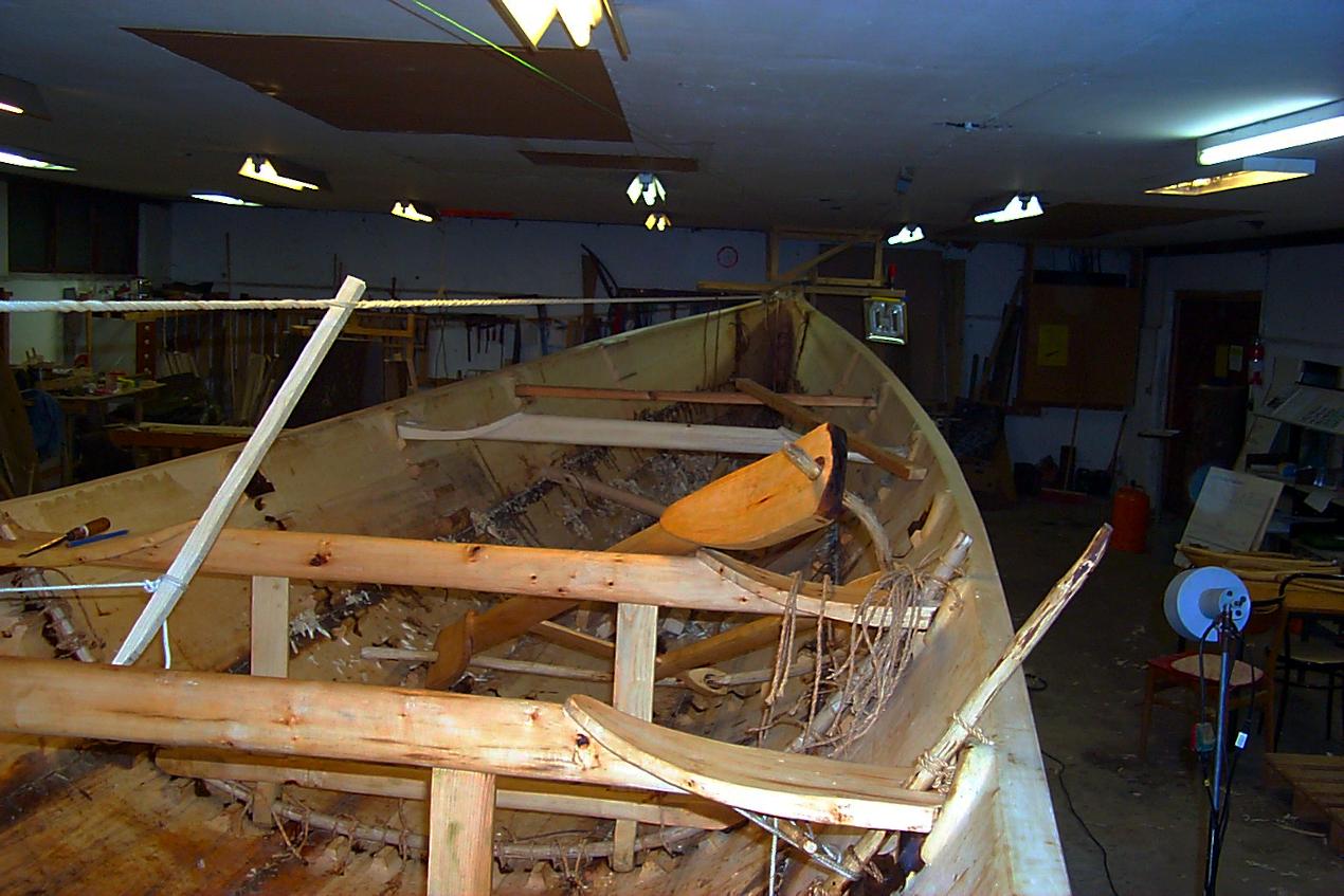 Det opstrammede spændtov under bådbygningen.