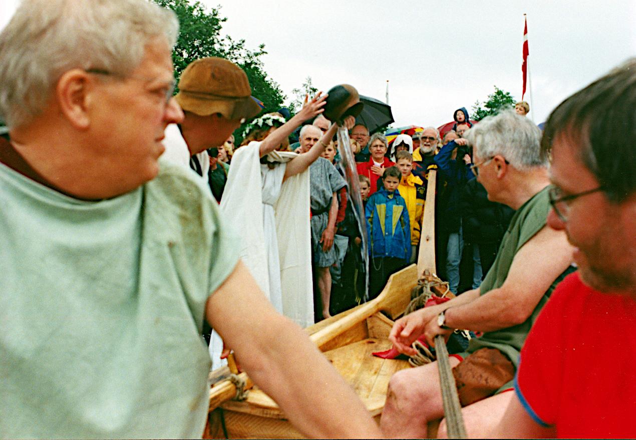 Gudinden Nerthus døber båden og giver den navnet Tilia Alsie.