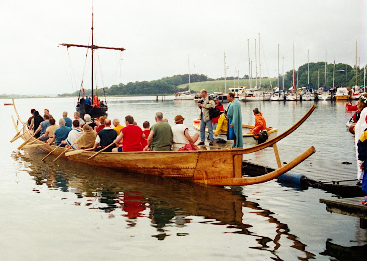 Første officielle sejlads. Et vikingeskib og en gammel dansk jagt var mødt op for at gratulere.
