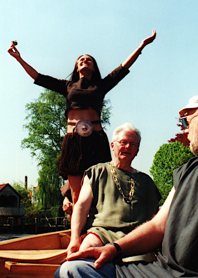 Danserinden Anni Brøgger Kjeldsen i Egtvedpigens dragt tilbeder solen på Tilia's løfting. Helleristninger fra Sverige viser sådanne dansere på skibe.