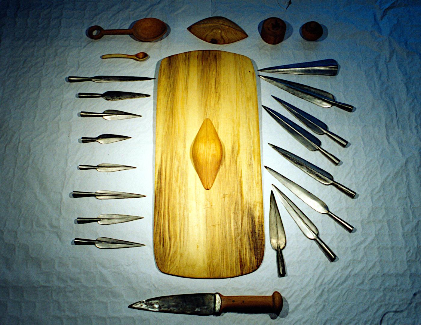Skjold, sværd og spydspidser.
