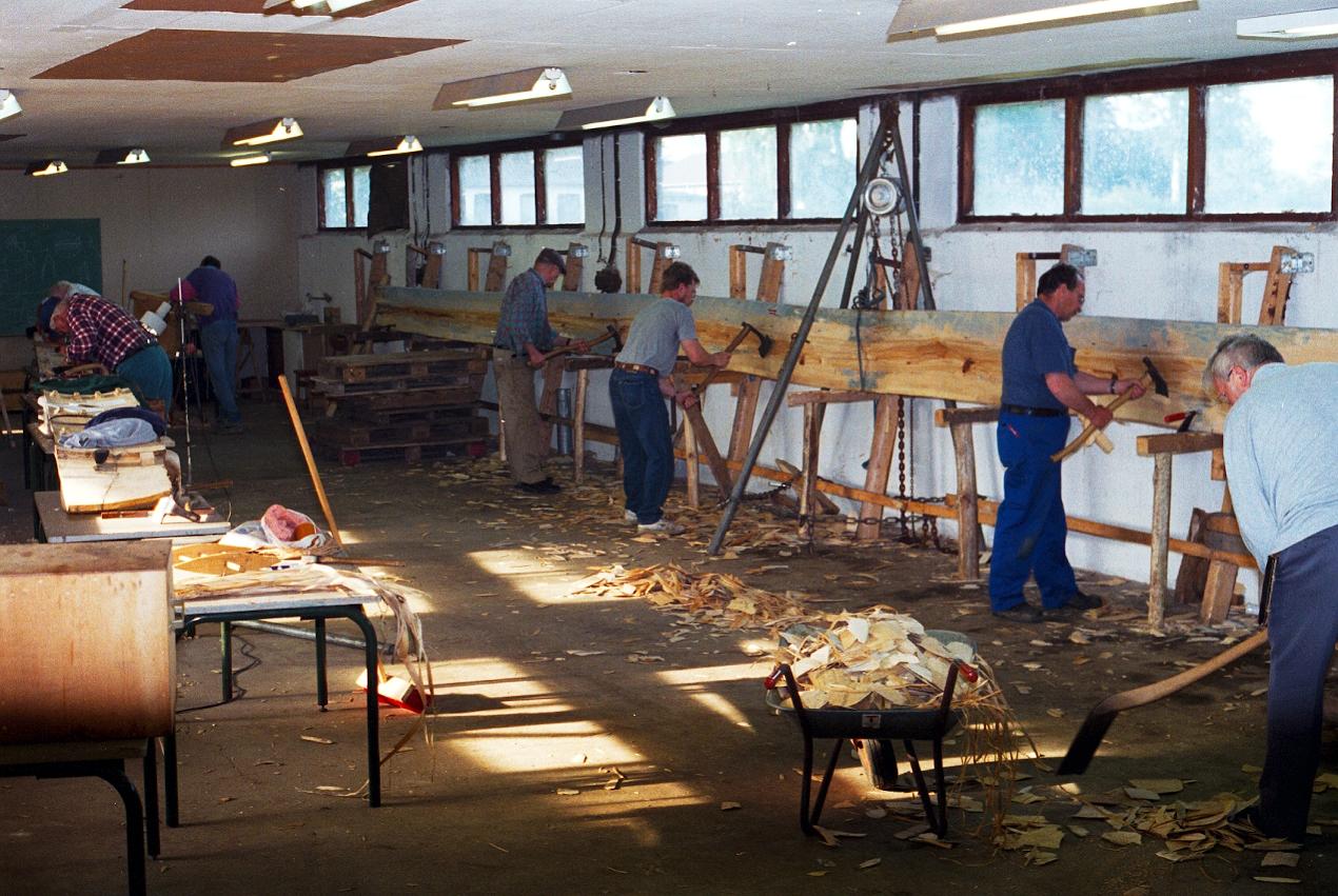 Arbeitsständen entlang der Ostseite der Halle.