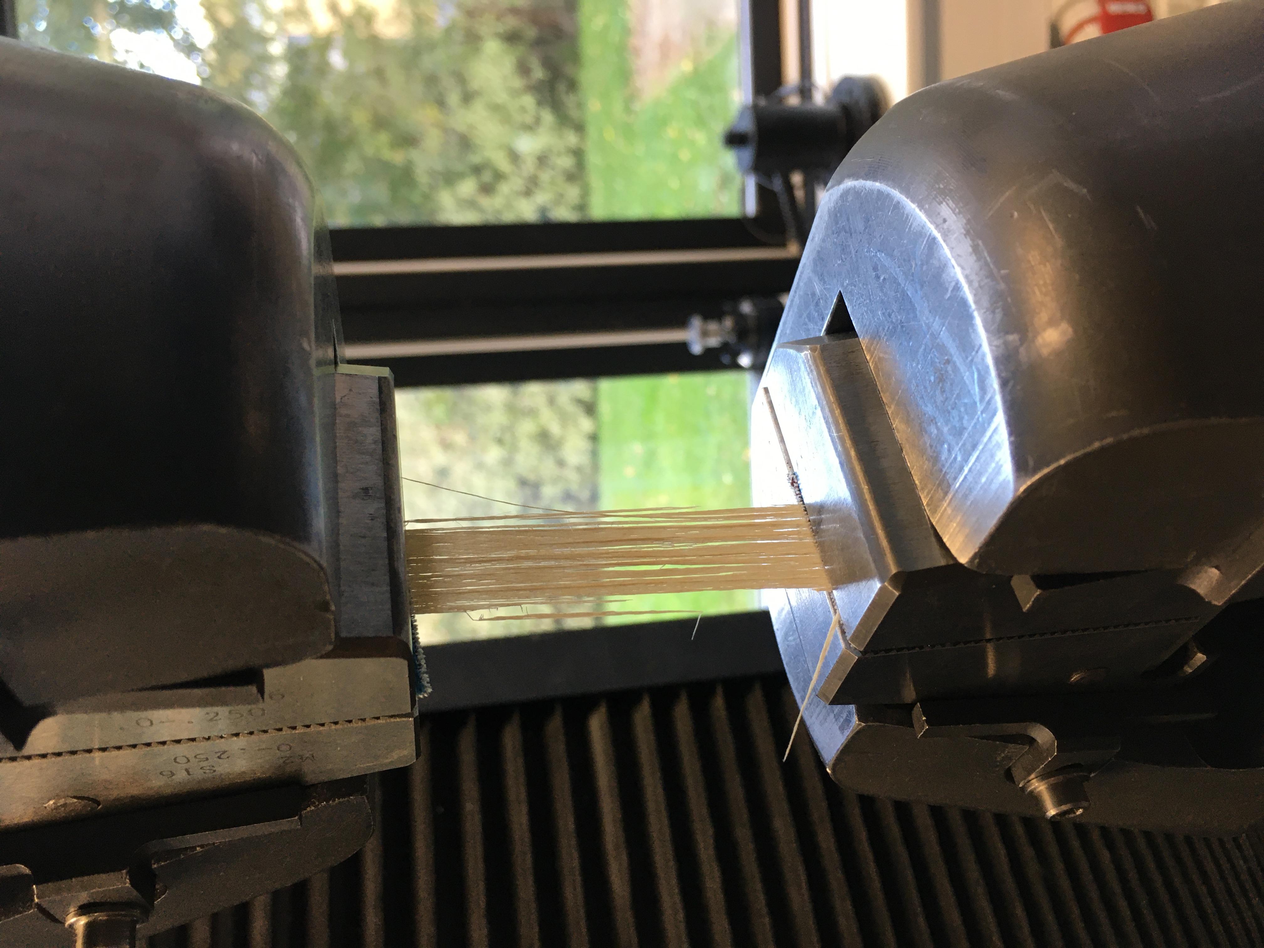 Trækprøvemaskinens kæber (under bristning af baststrimmel)