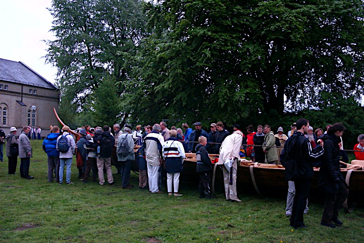 Der  var  allerede på  dette tidspunkt mange besøgende på markedet og de var meget interesserede i båden.