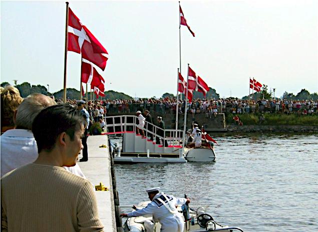 Chaluppen lægger til i Augustenborg.