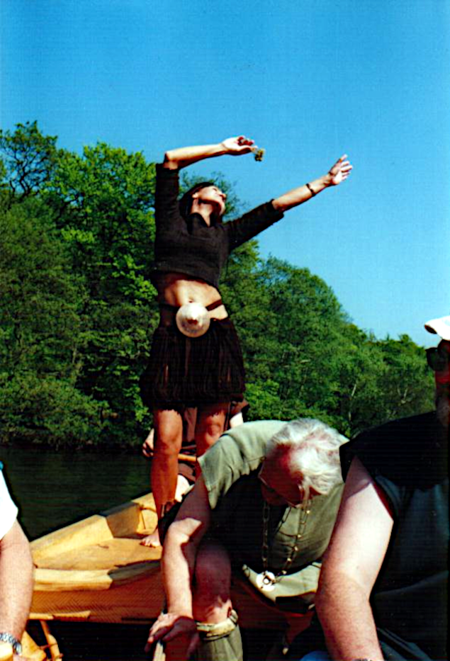 Egtvedpigen (Anni Brøgger) danser på Tilias løfting.