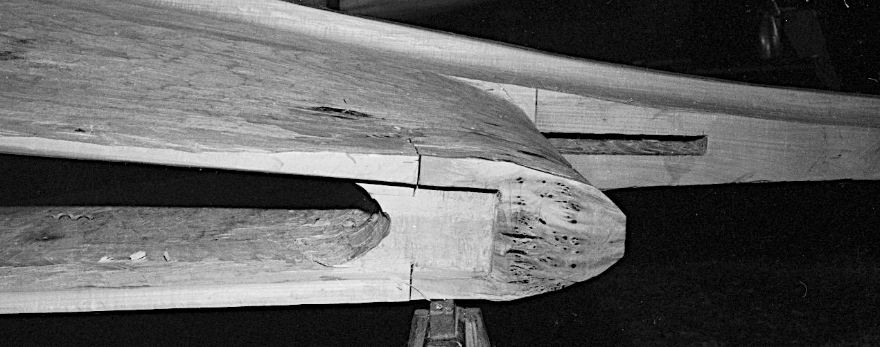 Udsnit af stævnklodsen, set nedefra, med recessen mod bundplanken og hul til stævntræet i rælingshornet.