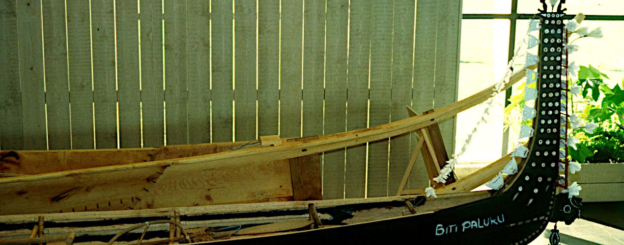 Vore prøvestykker på udstilling på Vikingeskibsmuseet i Roskilde sammen med en polynesisk stammebåd.