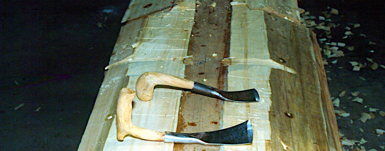 Udviddelsesplankerne er limet på, skruehuller proppet og krumningen markeret efter en skabelon.