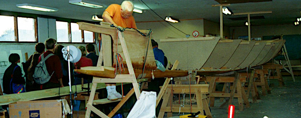 Stævnene er syet fast til bundplanken. Der monteret et sæt formskabeloner.