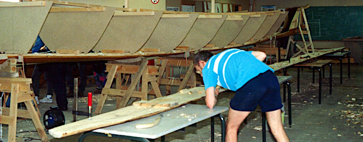 Der er opsat monteringsskabeloner til fastholdelse af plankerne. Klamperne på styrbord sideplanke er ved at blive udskåret.