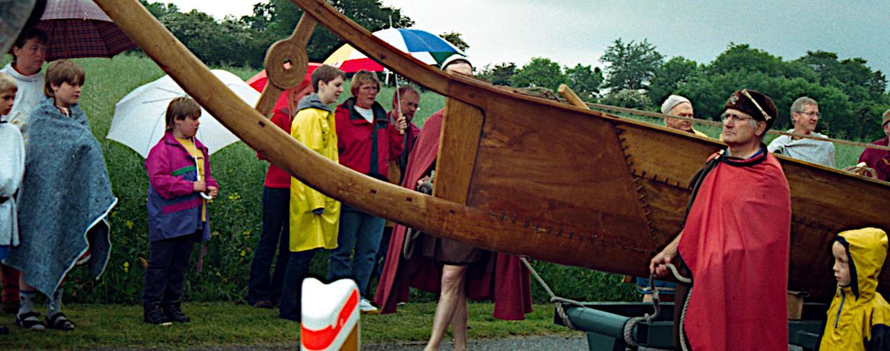 De stolte bådbyggere på vej mod Dyvig.